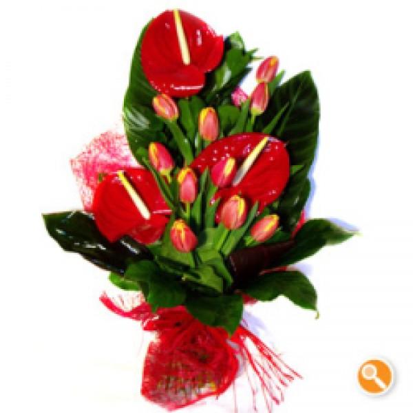 Ramo com tulipas e anturios - Dinâmico