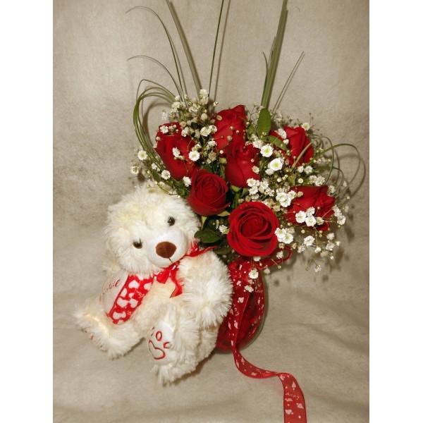 Jarra de rosas vermelhas com ursinho